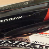 油性ボールペンの常識を覆した存在・ジェットストリーム(三菱鉛筆)。 なめらかにすべる書き心地は最高峰!≡