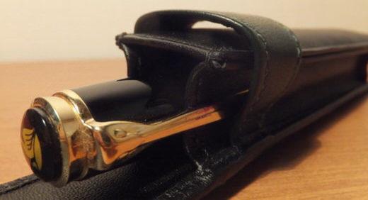 ペリカンの筆記具を持ち運ぶ為、純正のペンケースを選ぶ! もっちりとした手触りの革が、傷や衝撃からペンをしっかり守る