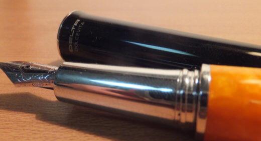 ドルチェビータ・パピヨン(DELTA)が7本目の万年筆! 太陽みたいに派手なオレンジ色のシャレた一本