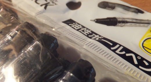 一本10円!? 100円ショップの10本入りボールペン(インド産)は、意外と使える!