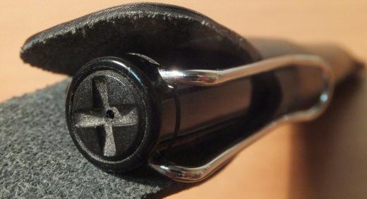 さっと取りやすい位置にお気に入りの筆記具を! humの革のペンケース「PenTag」ならバッグの取手にもセットできる