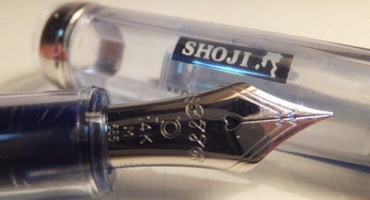 プラチナ万年筆の#3776・精進(SHOJI)は、輝く水面のような淡い透明ブルーの万年筆。 顔料インクを使える工夫:スリップシール機構も面白い
