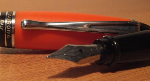 アウロラ(AURORA)のカジュアルな万年筆 イプシロン・サテンオレンジ。 ふっくらとしたキャップがめんこい万年筆!≡