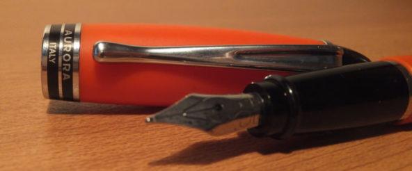 アウロラ(AURORA)のカジュアルな万年筆 イプシロン・サテンオレンジ。 ふっくらとしたキャップがめんこい万年筆