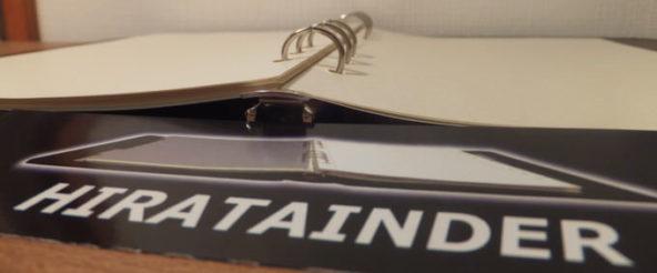 システム手帳のバインダーHIRATAINDERなら、開いても背中はフラット! 平らを保つため、凸凹要因はない潔さ