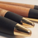 野原工芸の木軸ボールペンで木のぬくもりを感じる。使い込んで出る風合い・艶が愉しみ