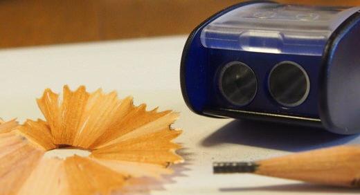 KUMのオートマチックロングポイントシャープナーは二段階式の鉛筆削り。鉛筆の木と芯が別に削れるから、キレイな削りカスを作れる