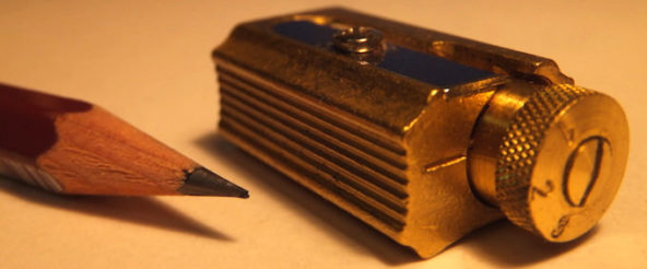 DUXのシャープナーは真鍮製の鉛筆削り。鈍く輝く重厚な佇まいは工具が如く