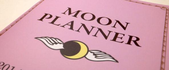 ムーンプランナー(MOON PLANNER)は月の満ち欠けに従い新たな時間軸を写し出す手帳。 今までの枠組みと異なる月の周期に興味津々