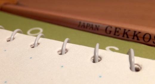 月光荘のスケッチブック・ウス点。1cm毎の薄いドットと横広なサイズ感がアイデア出しの良い補助に