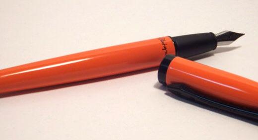 プラティグナム(Platignum)の万年筆・STUDIO。色濃くビビッドなボディカラーとペン先型クリップが目を引く