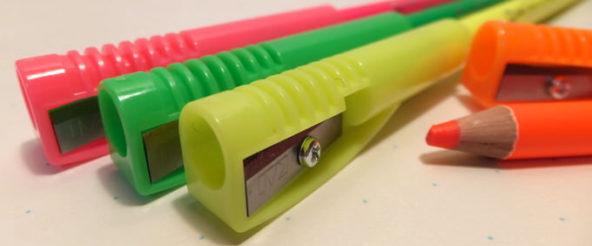 クツワの鉛筆の蛍光マーカー。付属のキャップは削り器機能も兼ねて持ち運びにもグッド