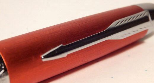 パーカーの万年筆・IMプレミアム ビッグレッド。シュッとした流線型なフォルムと鮮やかなヒストリカルカラーがマッチング