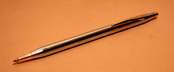 クロス(CROSS)の代表的なボールペン・クラシックセンチュリー メダリスト。高級感のある光沢がエレガントさを演出