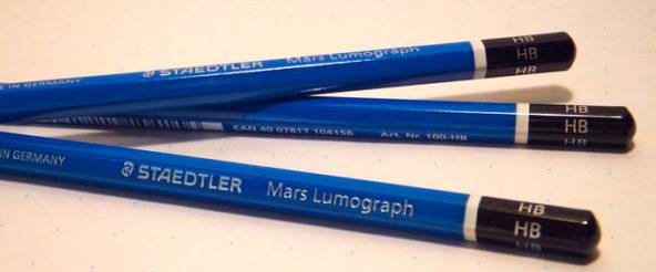 マルス・ルモグラフ(ステッドラー)は涼しげな青が特徴的な製図用鉛筆。現場で愛されるのは硬い仕様だからこそ