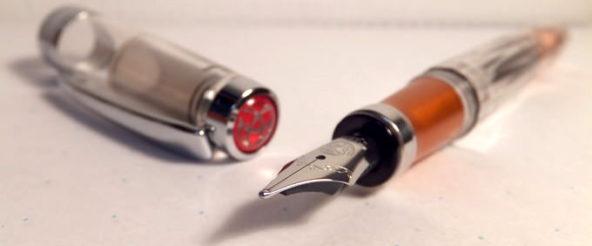 台湾産吸入式万年筆・TWSBI(ツイスビー)のDIAMOND 580AL。クリスタルカットのボディとピストンフィリングのコンボに惹かれた