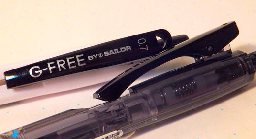 G-FREE(セーラー万年筆)は筆圧アジャスター付の低摩擦ボールペン。 筆圧吸収機能は長時間筆記で疲れを感じた頃に真価を発揮
