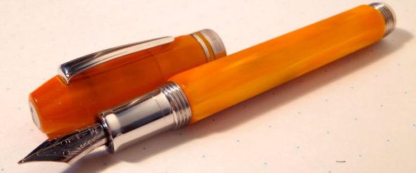 デルタの万年筆・プロフィリ レジン。甘みを凝縮したようなキレイなオレンジ樹脂に惹かれる