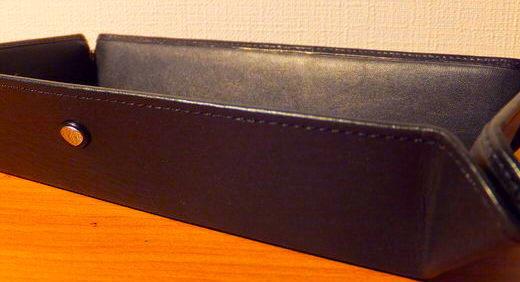 革製のペントレー(デスクトップ・ペンホルダー トリノ305 / アウロラ)を入手。机の上に万年筆の定位置をつくる