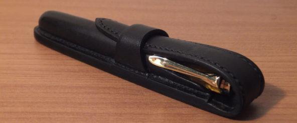 相棒の万年筆(M320)に合わせて 堅牢なペンケース「グリマルディ300」(T.MBH)を所望。格好良さに酔いしれる