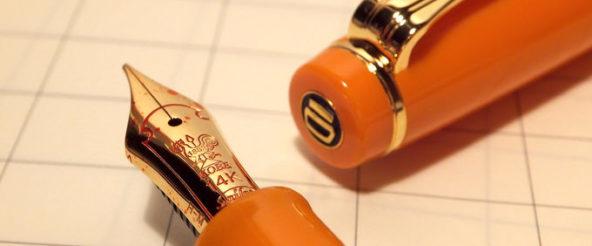 NAGASAWAのオリジナル万年筆「besideカラー・垂水アプリコット」は SAILORのプロギアスリムがベース。ペン先の刻印(風見鶏)が印象的