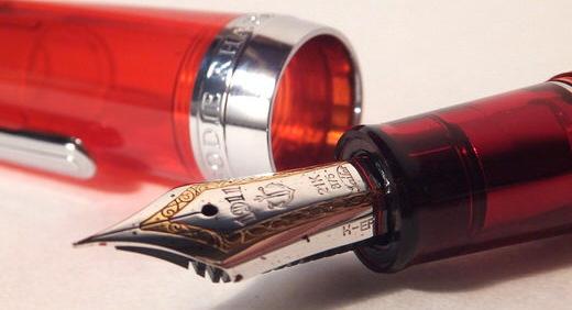 セーラー万年筆 × ジョイフル2・限定オリジナル万年筆「ラプソディ」。 ステキなクリアレッドブラウンに魅せられる!≡