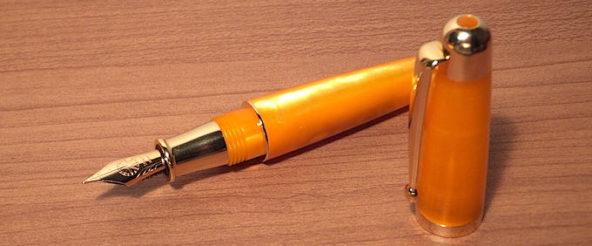 シグナムの小さな万年筆・スモールソラーレ。 瑞々しい透明感と滴るような濃厚さに首ったけ