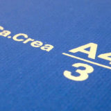 A4の三つ折りサイズのノート「Ca.Crea(カ.クリエ)」に高品質タイプ・プレミアムクロス。程よいサイズ感と使いやすい仕掛けに「紙の質」がプラス