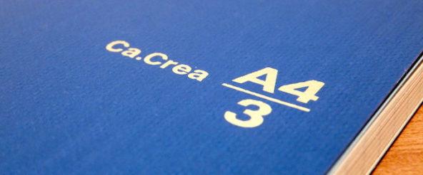 A4の三つ折りサイズのノート「Ca.Crea(カクリエ)」に高品質タイプ・プレミアムクロス。程よいサイズ感と使いやすい仕掛けに 紙の質がプラス