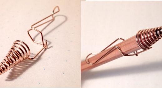 つくしえんぴつキャップ(つくし文具店)は 1本の針金で形成した鉛筆キャップ。 斬新な佇まいだから 身に着けたい