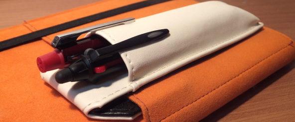 はさめるペンケース・ペンサム(キングジム)は マグネット方式で着脱。すぐにペンを取り出せて、外せば邪魔にもならない