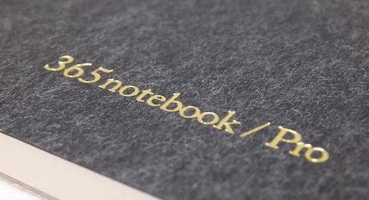 365notebook / Pro (新日本カレンダー)は 薄めの紙をつかったノートパッド。罫線入りの下敷きを添えて、思考のサポート≡