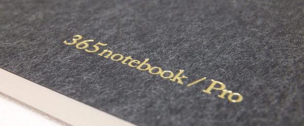 365notebook / Pro (新日本カレンダー)は 薄めの紙をつかったノートパッド。罫線入りの下敷きを添えて、思考のサポート