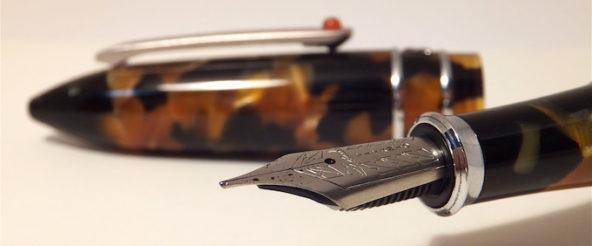 スティピュラのチタンニブの万年筆 (モデルT・トータス)。フワッとしたタッチで 筆がすすむ