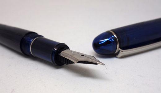 プラチナ万年筆の♯3776 センチュリー 河口は 深みのあるスケルトンブルーの万年筆。富士五湖シリーズ、大団円≡